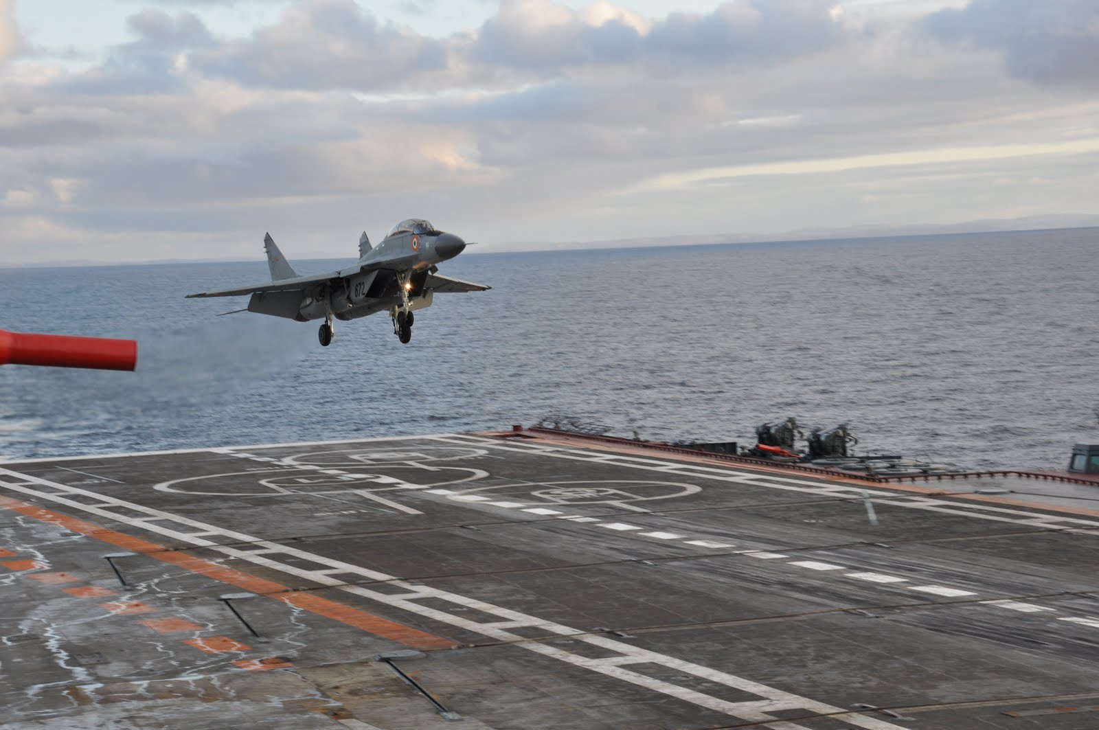 Indian_Navy_Mig-29K-practising_to_land_at_Russian_Navy_Carrier_deck.