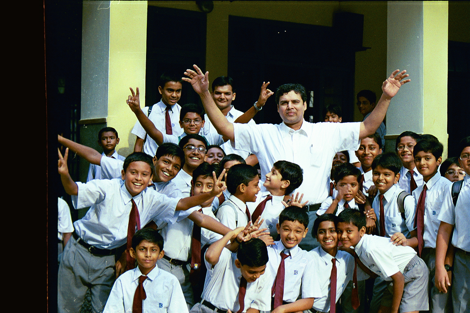 CLICK TO ENLARGE - Myself standing with the kids who were so excited & delighted, to meet an ex-alumini-student from good old U.S.A.