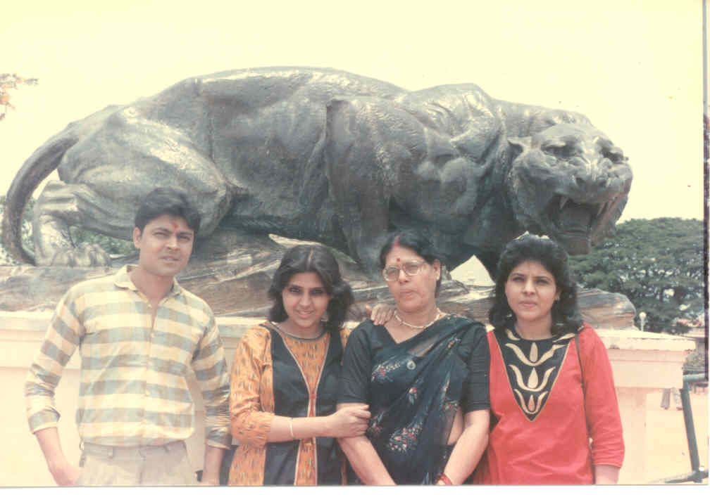 My Family with Mom, Guddu (Anuraj), Chetna (Anupriya) and Bhavna (Anuradha) on vacation